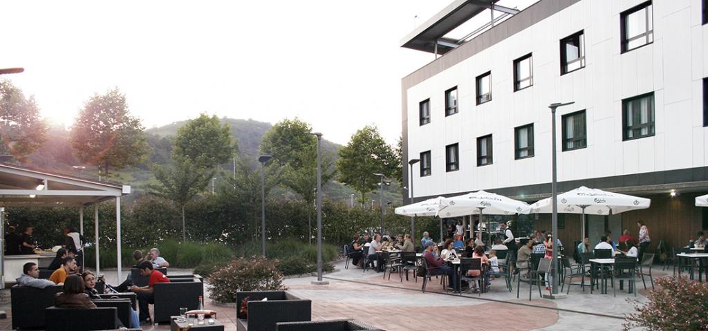 Terraza con Parrillas en el Hotel K10 - Tu Hotel Cerca de San Sebastián